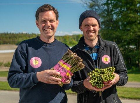 Bernt (til venstre) og Edvart Freberg med asparges produsert i rikt jordsmonn på Hvasser. Juryen fremhever de gode vekstforholdene i sin begrunnelse for å nominere Hvasser Asparges i lokalmatgründerkonkurransen.