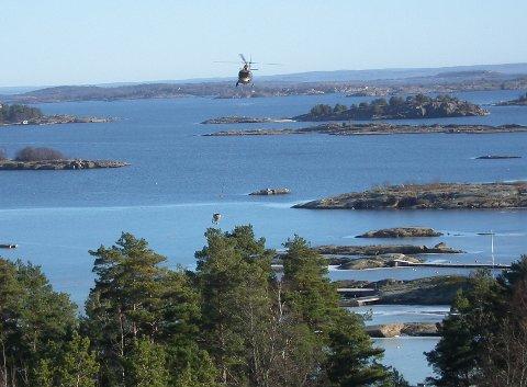 Helikopter brukes innimellom til transport i forbindelse med bygging. Dette bildet er tatt i Tjøme-traktene.