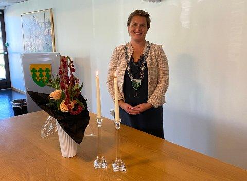 Høytidelig: Karoline Fjeldstad synes det er hyggelig å vigsle og foreslår at kommunen åpner opp for vielse også hver tredje lørdag.
