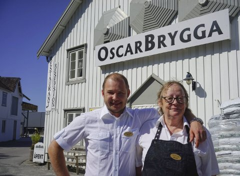 Storsalg: Kjøkkensjef Remy Tucas og daglig leder Bodil Hansen var godt fornøyd med å ha tangert rekorden for antall solgte middager.FOto: Trygve Ulriksen Skogseth