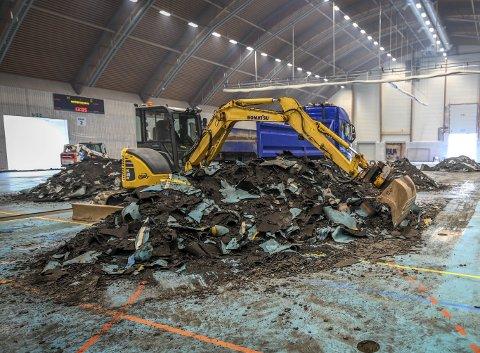 Rana-firmaet Asfalt Fres har jobben med å fjerne det gamle dekket i Ranahallen. I helga var maskinene på plass for å starte arbeidet. Foto:  Øyvind Bratt