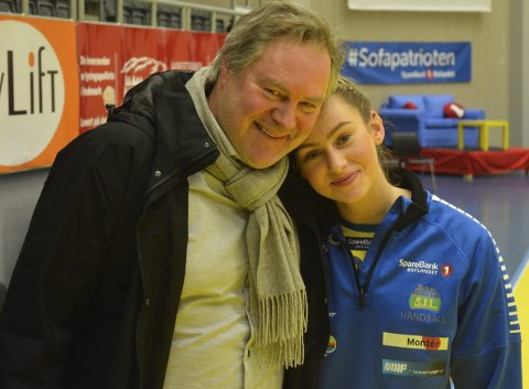 Stolt pappa: Bent og Mia Solberg Svele sammen etter håndballthrilleren mellom Storhamar og Larvik.Foto: Petter Sand
