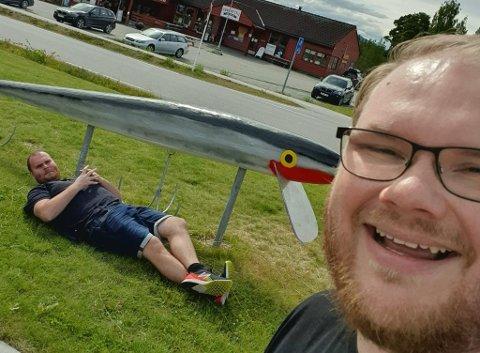 STOR FANGST: Rendalen bydde på verdens største wobbler. Magnus Skoglund som sammenligning.