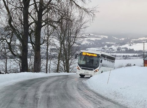 Skled av: Bussen skled av vegen på Ring. Vegen var speilblank som mange andre veger i Ringsaker fredag morgen.