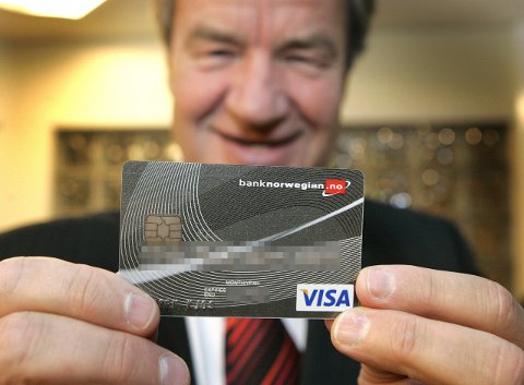 OAdministrerende direktør i flyselskapet Norwegian, Bjørn Kjos, med bankkortet til den nye internettbanken Bank Norwegian AS.