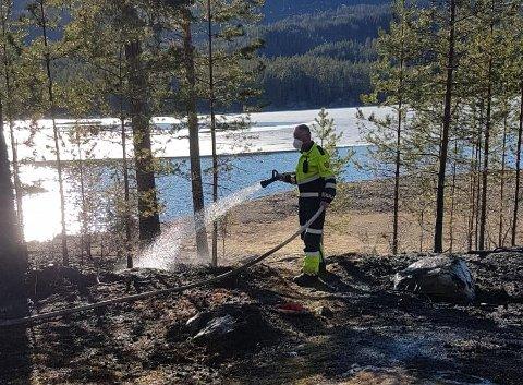 BÅL LAGET BRANN: Brannvesenet drev med etterslokking en god stund ved Samsjøen. Politiet vil anmelde saken.