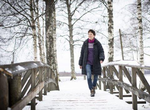 Bridge over troubled water: Anna Kristine Jahr Røine (69) er kjent som viljesterk, positiv og idérik. Som yrkeskvinne har hun utrettet mer enn det man kan forvente. Privat har hun møtt på en sorg og et mørke, som kunne ha sendt henne rett i bakken og latt henne bli der. Her går hun på kjente - og svært kjære - stier ved Fetsund lenser.BEGGE Foto: Lisbeth Lund Andresen