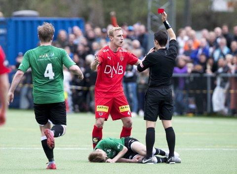 La seg flat: Tobias Salquist fikk korrekt rødt kort av dommer Ajdin Medic etter en hevnaksjon mot Gjelleråsens Eirik Steine. Nå er dansken også blitt irettesatt av sportssjef Simon Mesfin. Foto: NTB scanpix