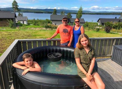 – HAR IKKE ANGRET ET SEKUND: Roger og Marina Fjellheim-Davidsen, med barna Sander (9) og Leah (13), velger mer enn gjerne hyttelivet framfor Syden. De våkner til utsikten over Storsjøen hele sommeren.
