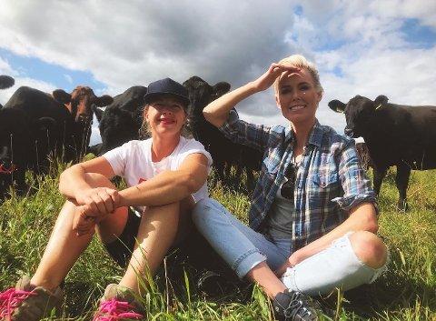"""Etter besøket på Horgen gård i Nes, oppfordrer Gunhild Stordalen til å støtte lokalmatprodusenter, bli kjent med sin lokale bonde, og kjøpe direkte fra dem gjennom initiativer som """"Reko-ringen"""".  Her sitter hun foran kuene på gården sammen med landbruker Jenni Brynjulvsdatter Qvale. Alle foto: Instagram/horgengaard."""
