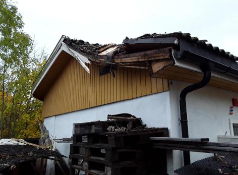 SMALT I TAKET: Treet smalt rett i taket på boligen. Det ble ingen innvendige skader, men takstener og møne fikk gjennomgå.