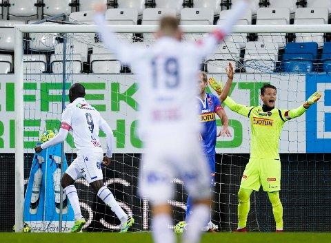 FRUSTRERT: Jacob Storevik måtte hente tre baller ut av eget nett i Haugesund. Etter kampen var han oppgitt over både dommeren og lagkameratene.