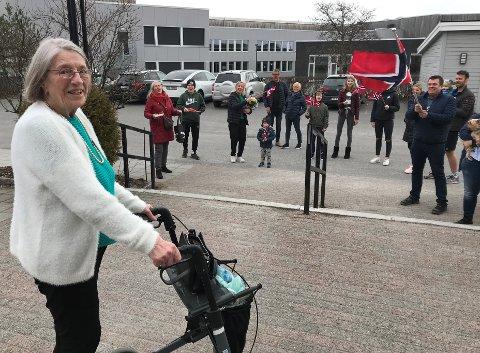 FEIRET: Beboer Unni Pettersen på Bugårdsenteret  fyllte 89 år 1. april. I dissse koronatider så kan hun ikke møte familien som tidligere, men familien stillte opp med bursdagsang, flagg, eggerøre og marsipankake.