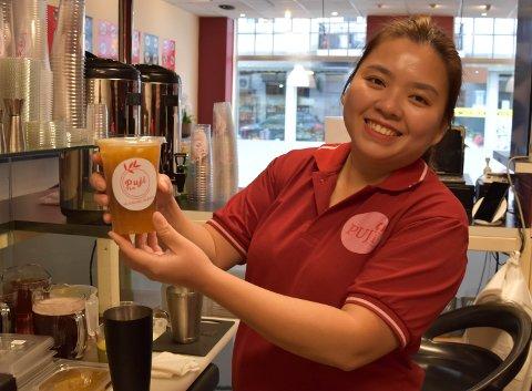 FLEST UNGE KUNDER: – De som kommer for å kjøpe boble-te er ofte ungdommer. Foreldrene kjøper heller sushi, men de smaker jo, sier Thanh Tran (31). FOTO: Vibeke Bjerkaas