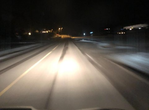 NULL GATELYS: Strekningen forbi Gokstadhaugen har vært uten gatelys i flere perioder. Her blir det veldig mørkt for myke trafikanter uten lykt. FOTO: Vibeke Bjerkaas