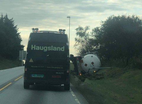 En tankbil har veltet.