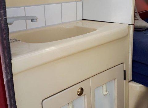 Vask med skap under er på plass, bilen har også vanntank ombord.