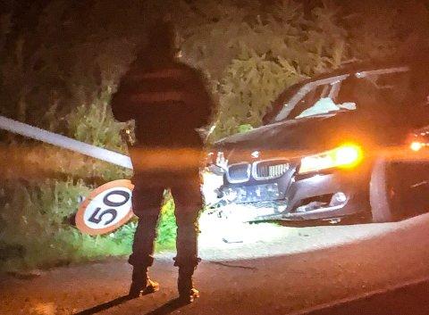 MEID NED: Ifølge tipser skal bilen ha kjørt ned et skilt.