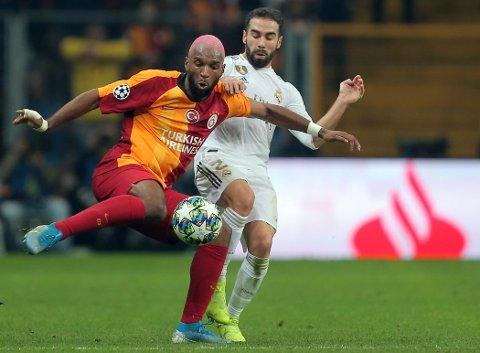 Galatasaray's Ryan Babel, left, duels for the ball with Real Madrid's Dani Carvajal during the Champions League group A soccer match between Galatasaray and Real Madrid in Istanbul, Tuesday, Oct. 22, 2019. (AP Photo)