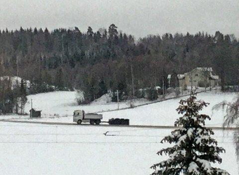 Denne lastebilen mistet kontroll på hengeren sin, som havnet på siden i grøfta på Knapstad.
