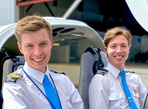 INSTRUKTØR: Thomas Skjennum Johnsen (venstre) på jobb hos Pilot Flight Academy. Her med student Oskar Tråstadkjølen Lind.