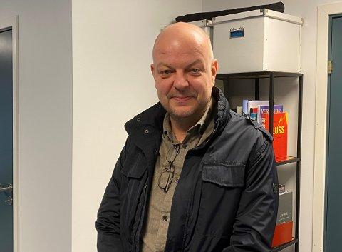 UROA: Årdalsordførar Hilmar Høl har invitert næringslivet i bygda til eit møte om framlegget om å legge ned klassar ved Årdal vidaregåande skule.