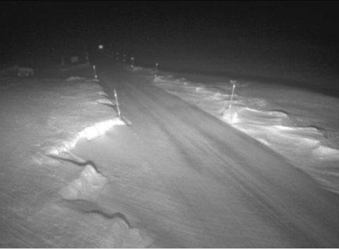 STENGT: Fv. 53 mellom Årdal og Tyin er stengt på grunn av uvêr. Slik ser det ut på Tyinosen tysdag morgon.