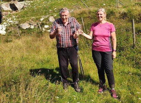 POKAL: Sigve Reidar Espedal og Ellen Espedal fekk begge inngravert vase for å ha deltatt i Forsandtråkken 30 gonger i helga.