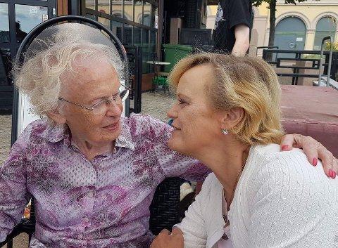 Liss Waldenstrøm (t.h) er bekymret for sin mor nå som Drammen kommune oppretter en egen avdeling for koronasmittede på Svelvik sykehjem. Dette bildet ble tatt i fjor sommer.
