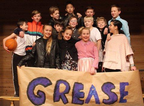 AKTØRENE: Det er elever ved Bæverfjord og Bøfjord oppvektssenter som setter opp forestillingen Grease tirsdag.