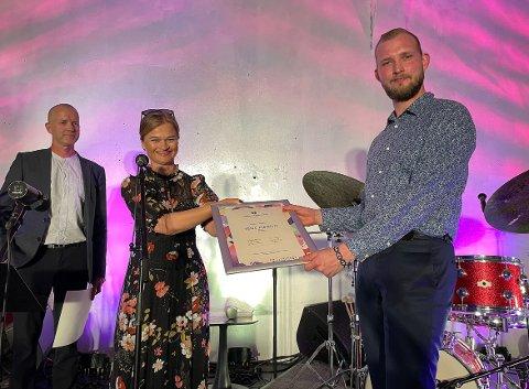 UTDELING: Kulturskolerektor Torbjørn Larsen (til venstre) og ordfører Margrethe Svinvik (Sp) delte ut Drømmestipendet til Frank Hannasvik fredag kveld.