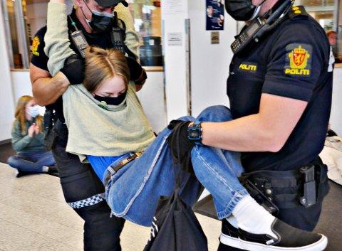 Lone Jensen Høyvik fra Kristiansund blir arrestert og bæres ut fra Olje- og energidepartementet under mandagens aksjon med Extinction Rebellion. – Vi så for oss å tilbringe i alle fall én natt i departementene om vi fikk muligheten til det, sier Høyvik.