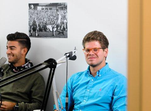 Programleder Adrian Richvoldsen (til venstre) og gjest Gaute Stjernelund i TB-sportens fotballpodkast.