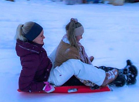 ELSKER SNØ: Tyra Engelstad Pazsik (11) og mamma Lena Engelstad Jensen dro fra Tolvsrød til Eik for å more seg i akebakken.