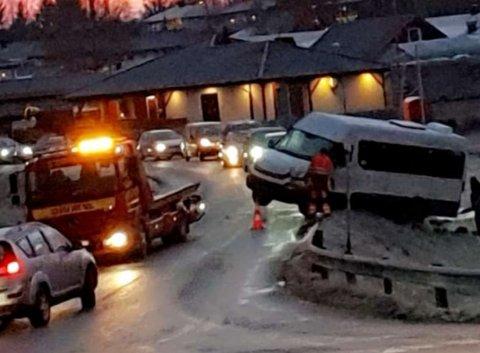 UTFORKJØRING: Her endte kjøreturen for minibussen fredag morgen. Det meldes om glatte veier over store deler av Vestfold.