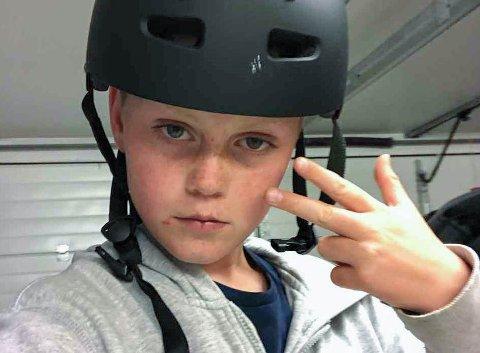 SELVLÆRT: – Vi har lært av å fikse sykler selv og av videoer på YouTube, forteller August Wergeland (16).