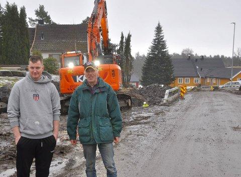 STORE INNGREP: Roger Strand og Jan Olav Haukemyr reagerer sterkt på arbeidet med å etablere gang- og sykkelsti på Torød. De mener inngrepene på deres eiendommer nærmest ødelegger dem. Her står de like ved huset til Roger i Haukemyrveien 1.