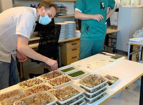 GIR TILBAKE: Jan Robin Ektvedt disket opp mat på kjøkkenet i Oslo og kjørte den til Tønsberg for å servere de 60 ansatte på intensivavdelingen på SIV.
