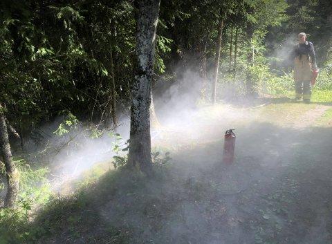 FLERE BRANNER: Brannvesenet måtte rykke ut til flere branner i Guldbergaunet-området i Steinkjer i starten av august. Her slokkes en brann i et skogsområde ved Svedjan 5. august.