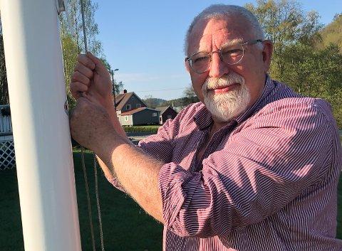 Geir-Helge Ommundsen heiser flagget med mange følelser i hjertet i dag.