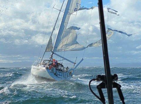 Redningsskøyta Inge Steensland måtte hjelpe en seilbåt med problemer like utenfor Tromøy i dag.