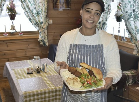 Mange smaker: Sara Siwarmalka serverer etiopisk mat, men også norske, asiatiske og afrikanske retter. Her viser hun fram en «mangfoldig» tallerken med etiopiske spesialiteter.
