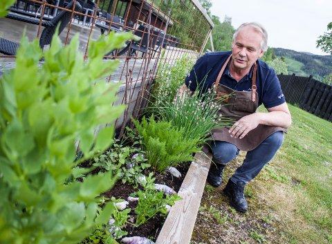 Egen urtehage: Driver av Munkekroen, Per Hvitlock, plukker urtene til restaurantrettene rett fra sin egen lille urtehage, like utenfor uteserveringen. Her dyrker han blant annet løpestikke, hvitløk, gressløk, bjørnerot, estragon, merian og timian.