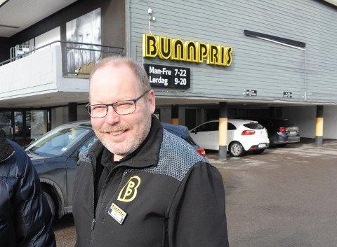 SAMARBEID MED MENTAL HELSE: Butikksjef Trond Øybakken ved Bunnpris Nittedal, som ligger ved stasjonsveien, starter samarbeid med Mental Helse Nittedal om hjemkjøring av dagligvarer.