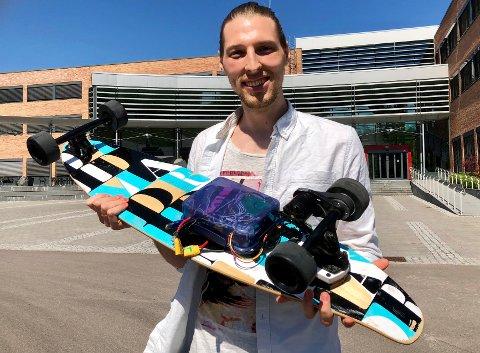BACHELOROPPGAVE LEVERT: John-Ivar Hauge har levert bacheloroppgaven hvor han peker på forhold som kan gjøre programvareutvikling mer suksessfull. Caset er dette motoriserte skateboardet.