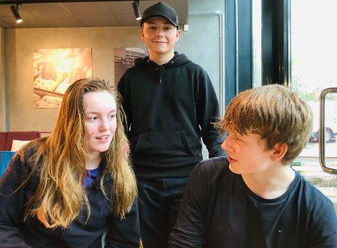 Superquizere: (f.v.) Helene Smit (16), Theodor Caspersen-Wigdel (15) og Eivind Norris (15). De er et av 36 lag med smarte tiendeklassinger fra hele landet som får spørsmål av Andreas Wahl.