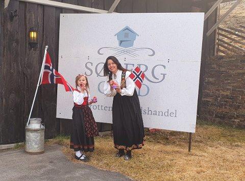 LOKAL IS: Maren Solvang Johnsen og datteren Malena feirer nasjonaldagen med lokal is og lokalt utsalg over bilrutene.