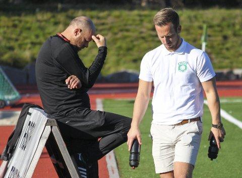 RYKKET NED: Risør-trener Rune Norgaard (t.v.) og assistent Bendik Agnalt hadde et svært vanskelig utgangspunkt før seriefinalen mot Birkenes. Det gikk heller ikke.