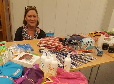 Overrasket: Turid Møller fikk hakeslepp over givergleden blant regionens butikkdrivere. Her med en liten del av det hun fikk i Tvedestrand.
