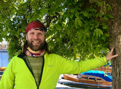 – Jeg elsker trær og treverk. Her i byen er det mye av det både i båter og hus og dette treet her på Solsiden er virkelig flott, sier Aune Sand som har forelsket seg i Risør.